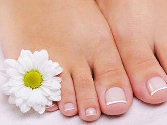 Pouhých 149,- Kč za kompletní mokrou pedikúru včetně lakování a závěrečné relaxační masáže zad v masážním křesle. Udržujte své nožky stále krásně upravené a dopřejte jim luxusní péči, kterou si jistě zaslouží!